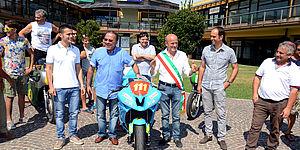 Davanti al Centro commerciale cento vetrine con Palmiro Ucchielli e la moto
