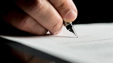 foto di una mano con penna