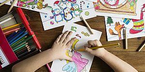 Bambino che disegna e colora