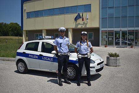 foto di Agenti in piedi davanti alla macchina di servizio
