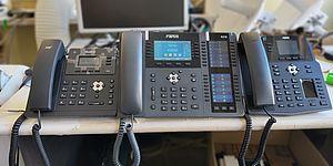 Foto di 3 diversi telefoni VoIP su scrivania