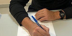Immagine di mani che scrivono