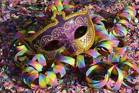 foto maschera di carnevale con coriandoli