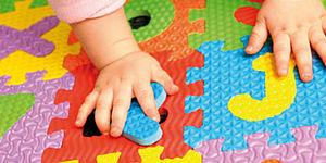 foto di puzzle con mani bambino