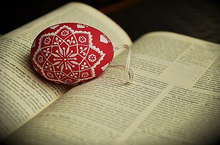 uovo di pasqua su libro