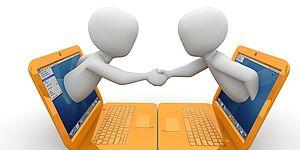 immagine di mini portatili con omini che si stringono la mano