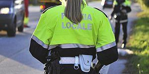 foto Agente di Polizia Locale di spalle