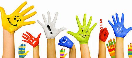 foto con mani di bambini dipinte in vari colori