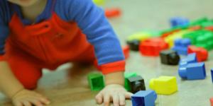 foto bambino con giochi