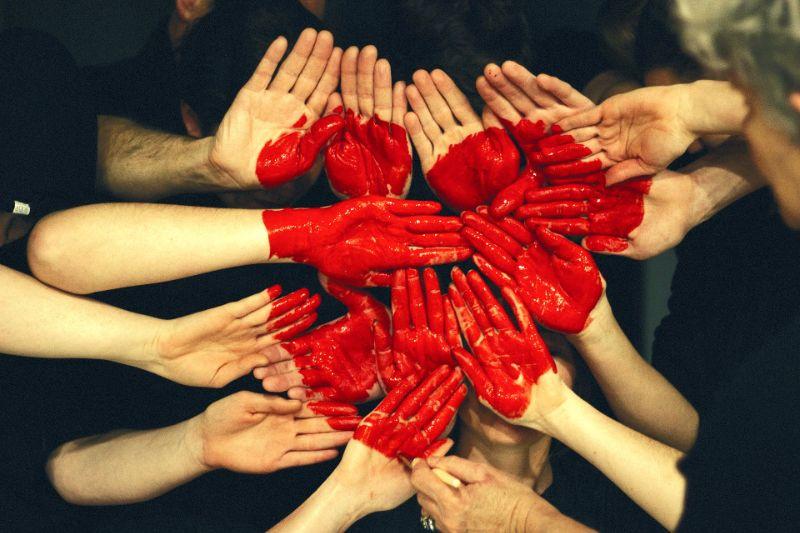 Mani che si congiungono a formare un cuore